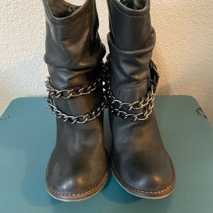 Ankle boots with chain